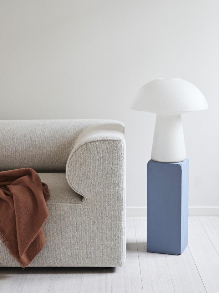 Hemma hos väskdesignern Yvonne Koné i Köpenhamn soffa lampa