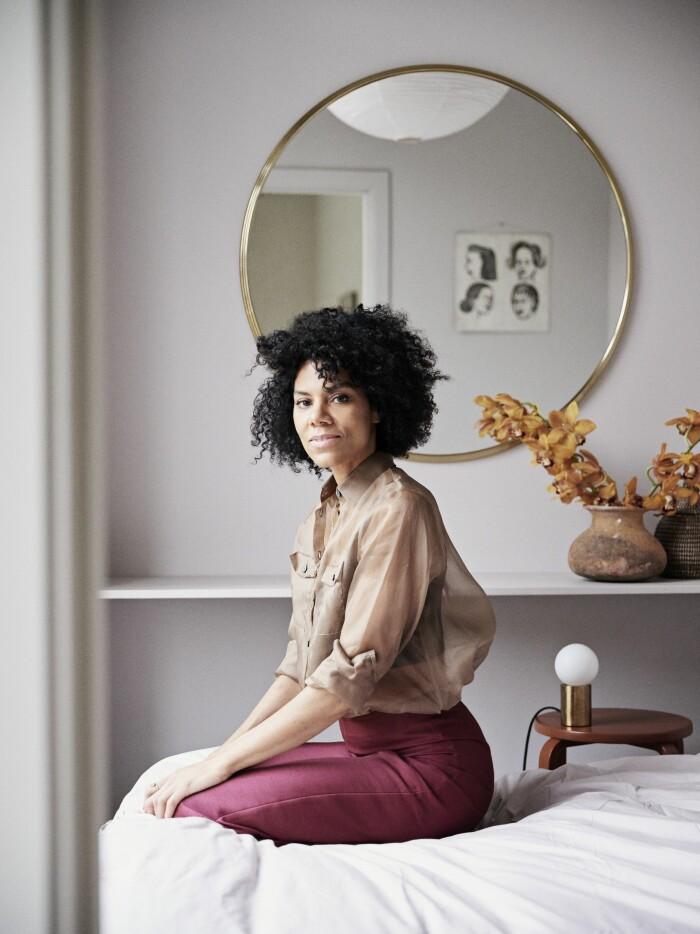 Hemma hos väskdesignern Yvonne Koné i Köpenhamn i sovrummet