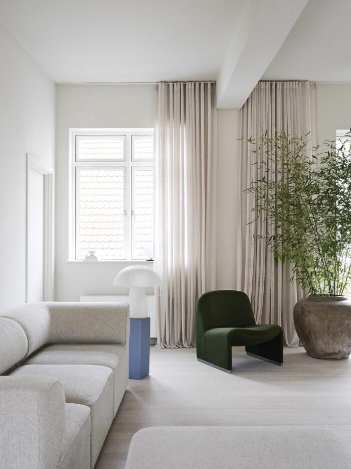 Hemma hos väskdesignern Yvonne Koné i Köpenhamn gardiner vardagsrum