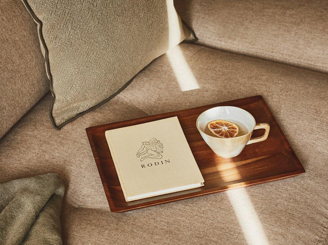 Rodin bok på beige soffa hos Zara Home
