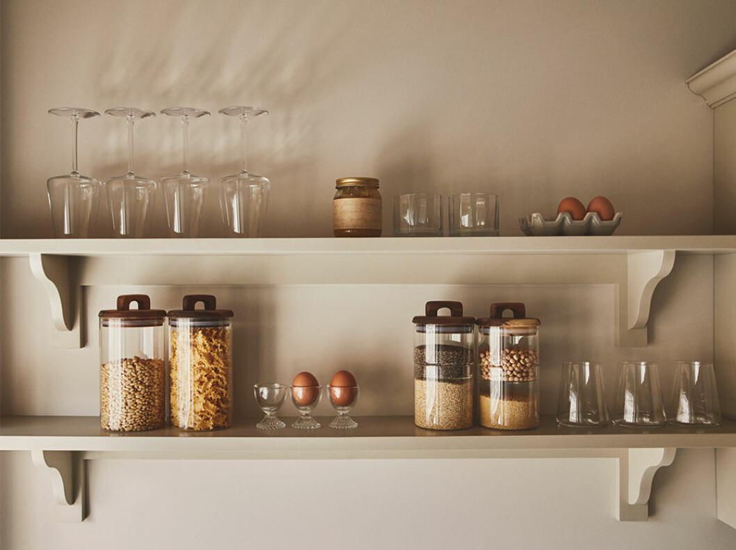 Öppna kökshyllor i beige kök hos Zara Home