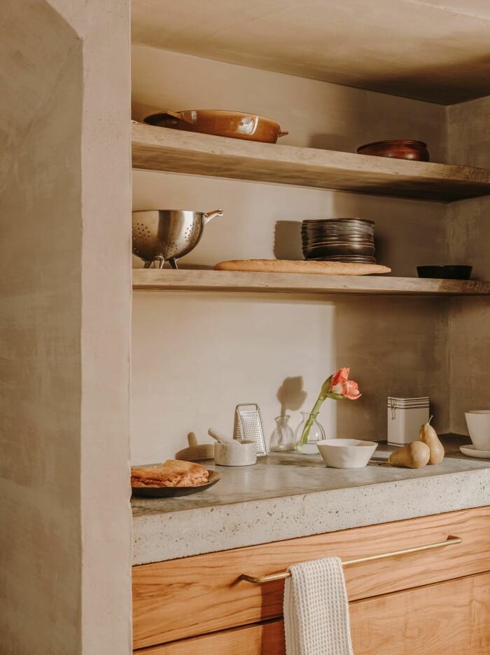 kök med öppna hyllplan med medelhavskänsla
