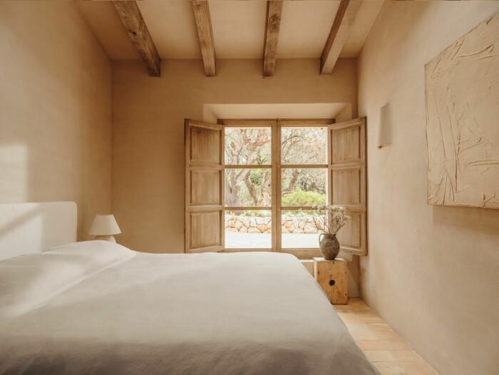 minimalistiskt sovrum i jordnära färger som beige och vitt