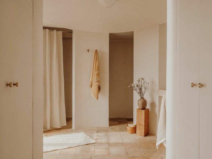 ljust beige badrum med lyxiga detaljer