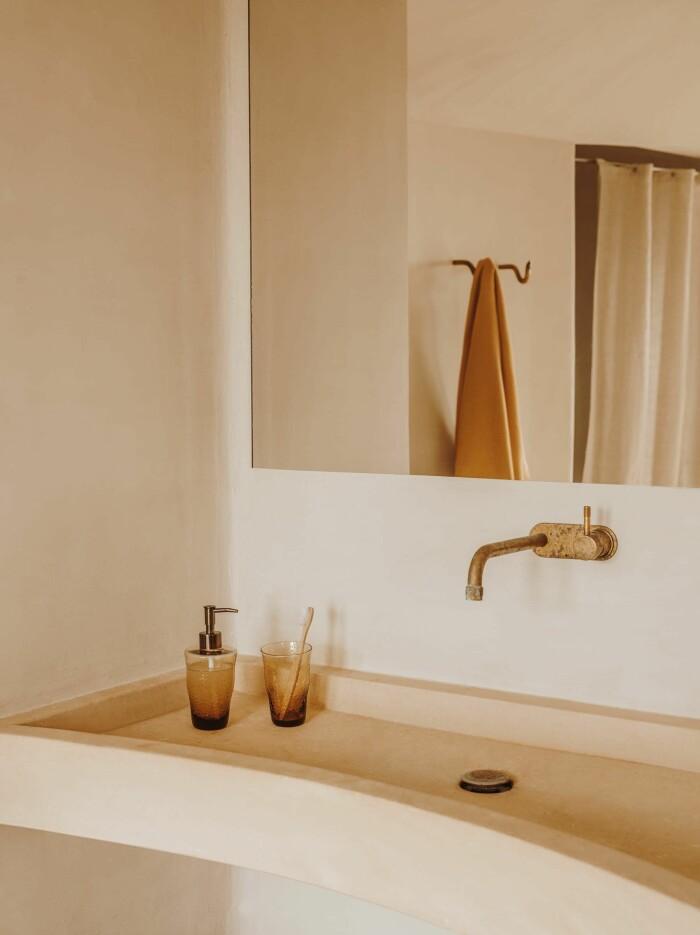 beige badrum med detaljer i mässing från zara home våren 2021