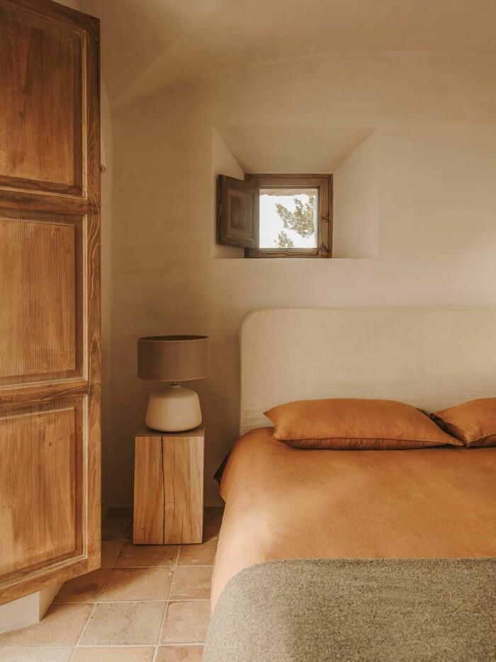 sovrum med terrakotta och naturnära färger som beige och brunt hos Zara Home våren 2021