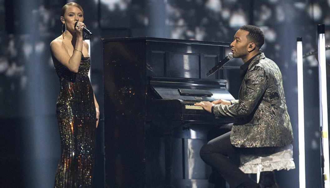 John Legend och Zara Larsson framförde en duett för att hedra Nobels fredsprisvinnare