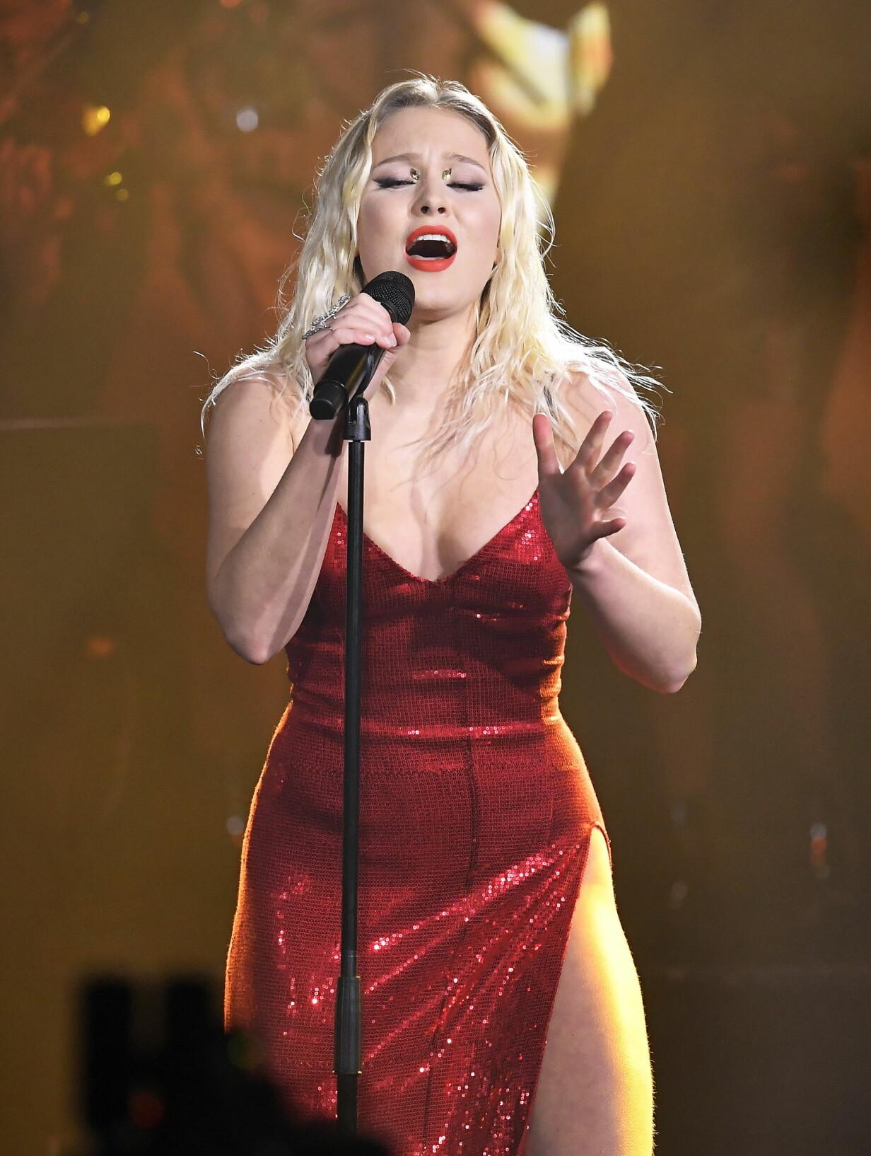 Zara Larsson sjunger