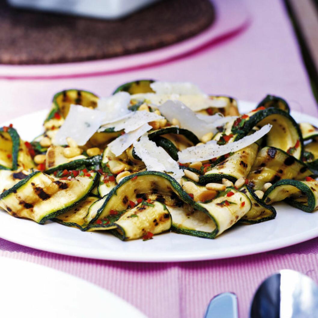 Recept på zucchinisallad med pinjenötter och chili