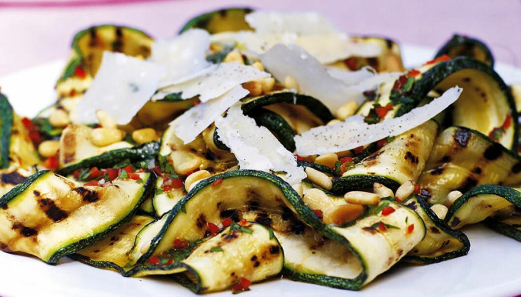 Zucchinisallad med pinjenötter och chili.