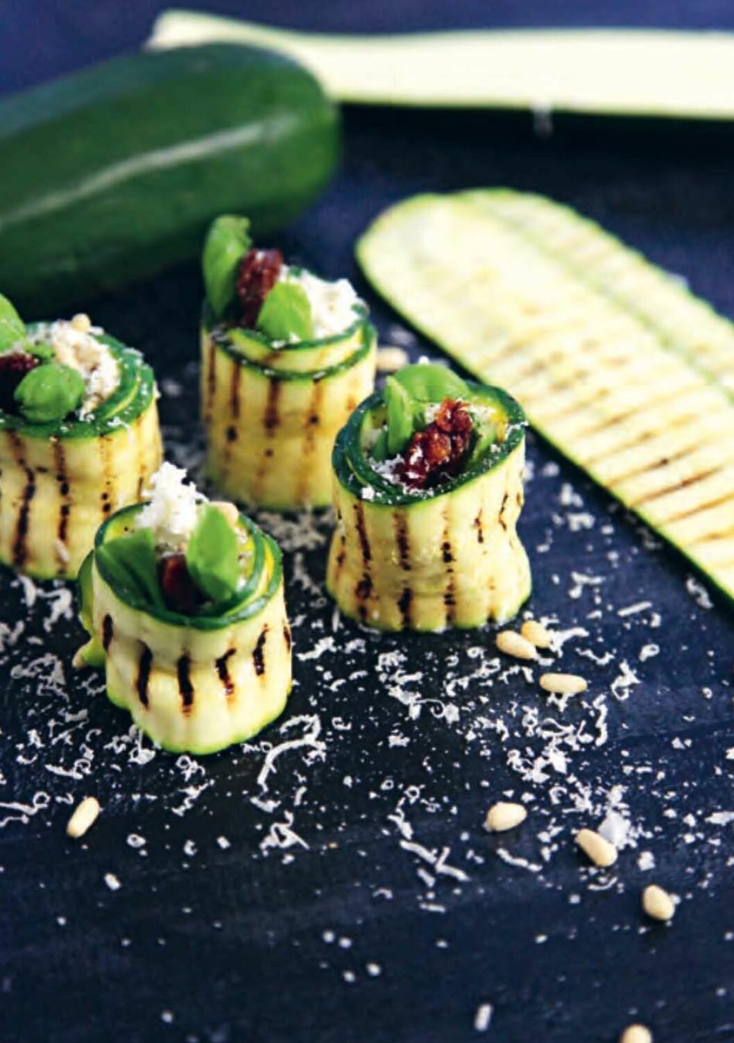 Recept på zucchinirullar med soltorkad tomat, ricottaost och pinjenötter.